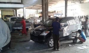 AKTIFITAS - Beginilah  aktifitas perbaikan bodi mobil di bengkel Medi Bodi Repair Cirebon, Kamis (17/3) pagi.