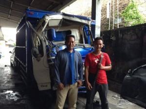 FOTO BARENG - Diky (kiri) berfoto bersama wartawan JP, Hasan Jay (kanan) di depan mobil ringsek yang siap diperbaiki.