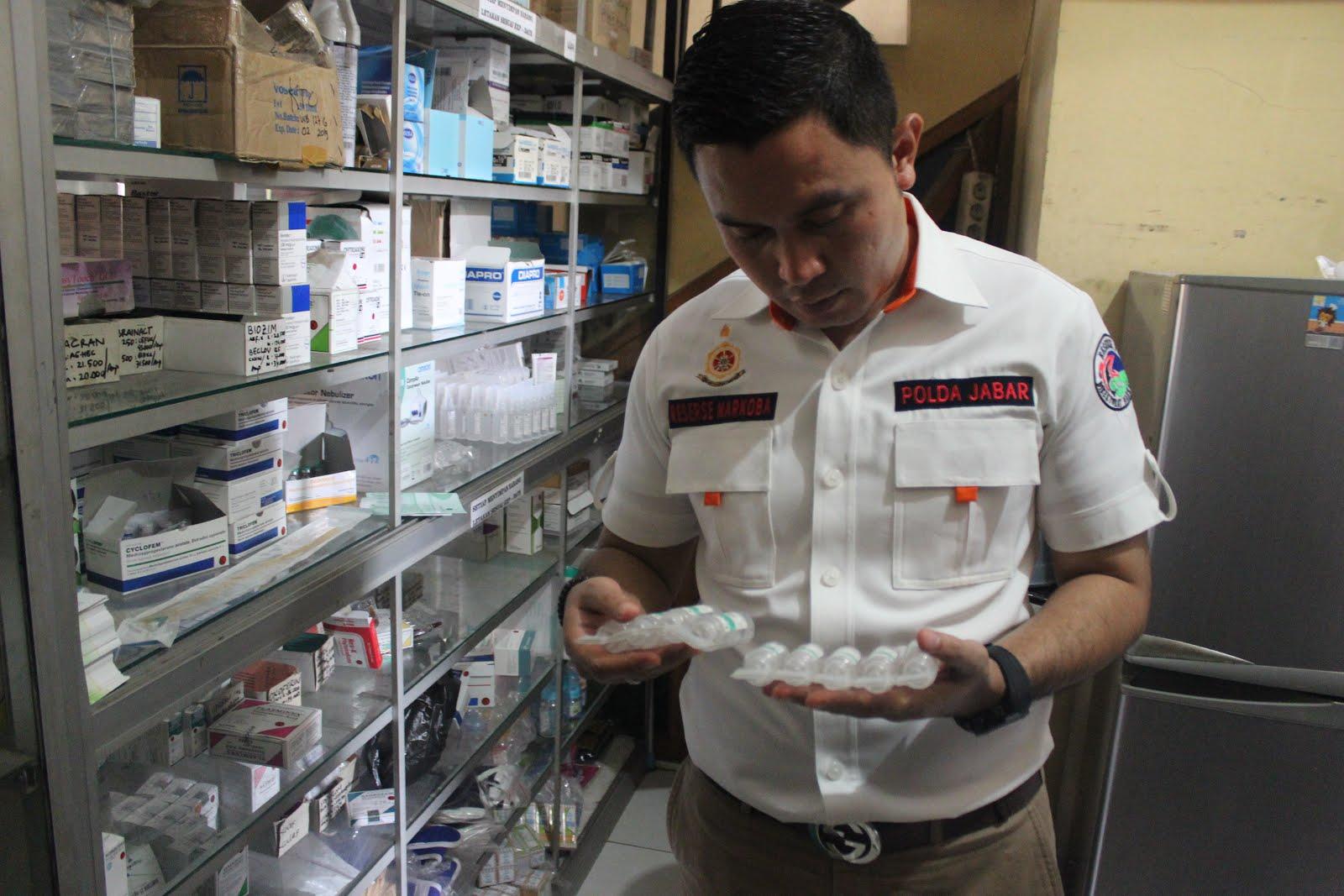 Petugas Polres Ciamis tengah memeriksa obat dalam razia sejumlah apotek di Ciamis