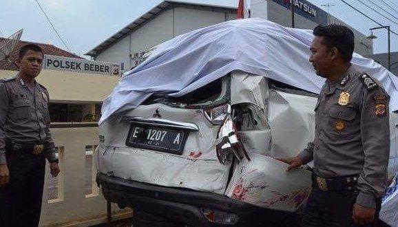RUSAK : Mobil dinas Ketua DPRD Kota Cirebon Edi Suripno diamankan di Mapolsek Beber, setelah diseruduk truk tangki BBM. Foto: Andri Wiguna