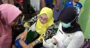 Bunda PAUD Gebang Pantau Langsung Imunisasi MR Di Dompyong Wetan
