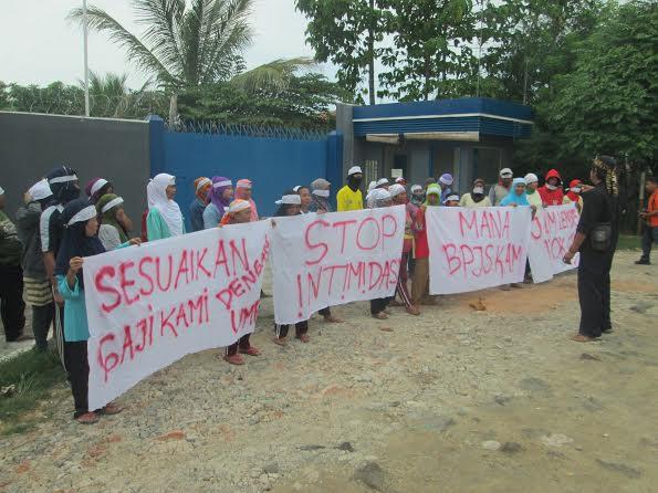 Minta Upah Naik, Puluhan Karyawan Demo Pabrik Terasi