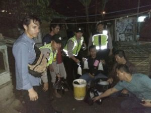 Anggota Polsek Cihideng Polres Tasikmalaya Kota berhasil amankan 40 liter miras jenis tuak