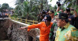 Tinjau Jembatan Amblas Banjar, Gubernur: Selesai Desember 2016