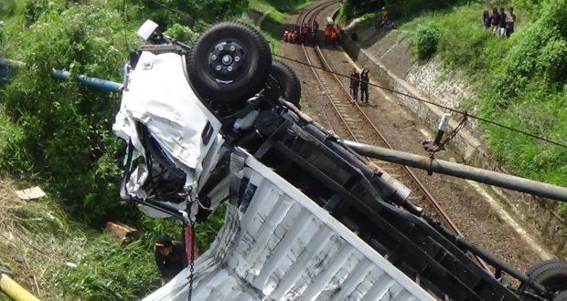 Mobil Box Terjun Bebas Ke Jalur Kereta Api