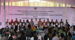 Di Cirebon, Demiz Dampingi Jokowi Bagikan Sertifikat Tanah