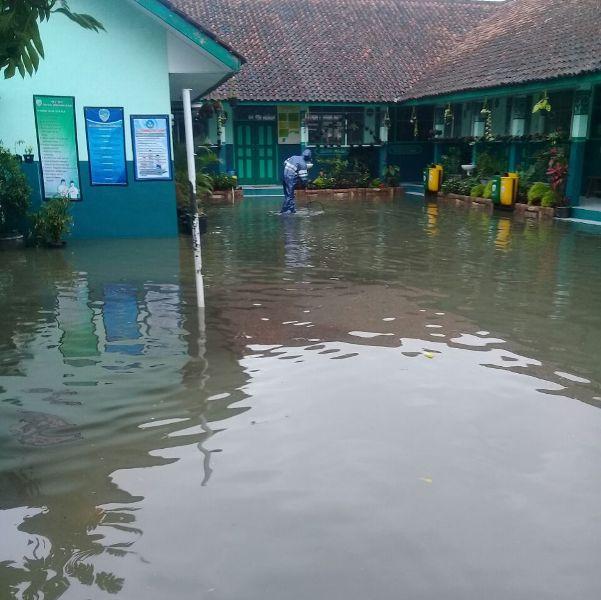 Terendam Banjir, SDN Sukamenak Tasik Terpaksa Diliburkan