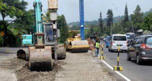 Jelang Akhir Tahun 2017, DBMPR Jabar Lebarkan Bahu Jalan Di Kawasan Puncak