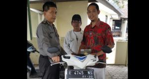 Polsek Pabuaran Serahkan Sepeda Motor Curian Ke Pemiliknya