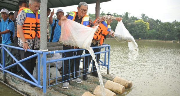 Gubernur Aher Targetkan 100 Juta Benih Ikan Disebar di Jabar