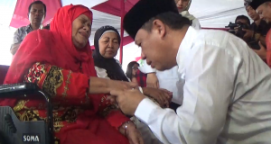 Maju di Pilgub Jabar, Anton Charlyan Cium Tangan Sang Ibu