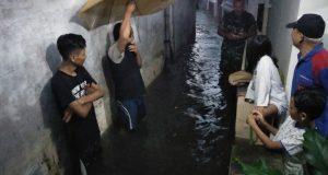 Banjir Bikin Warga Cihideung Repot