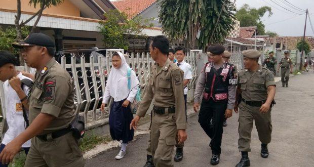 Lagi Asyik Nongkrong di Siang Bolong, Puluhan Siswa-siswi Terciduk Satpol PP