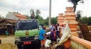 Bantu Korban Banjir, PDAM Tirta Jati Distribusikan Air Bersih