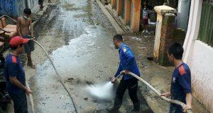 Damkar Kerahkan Armadanya Bersihkan Sisa Banjir Cirebon Timur