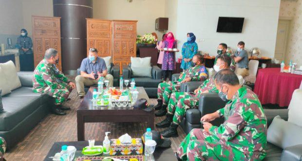 Dankodiklatad Sambut Kedatangan Commander of 25th Infantry Division US Army di Balikpapan.